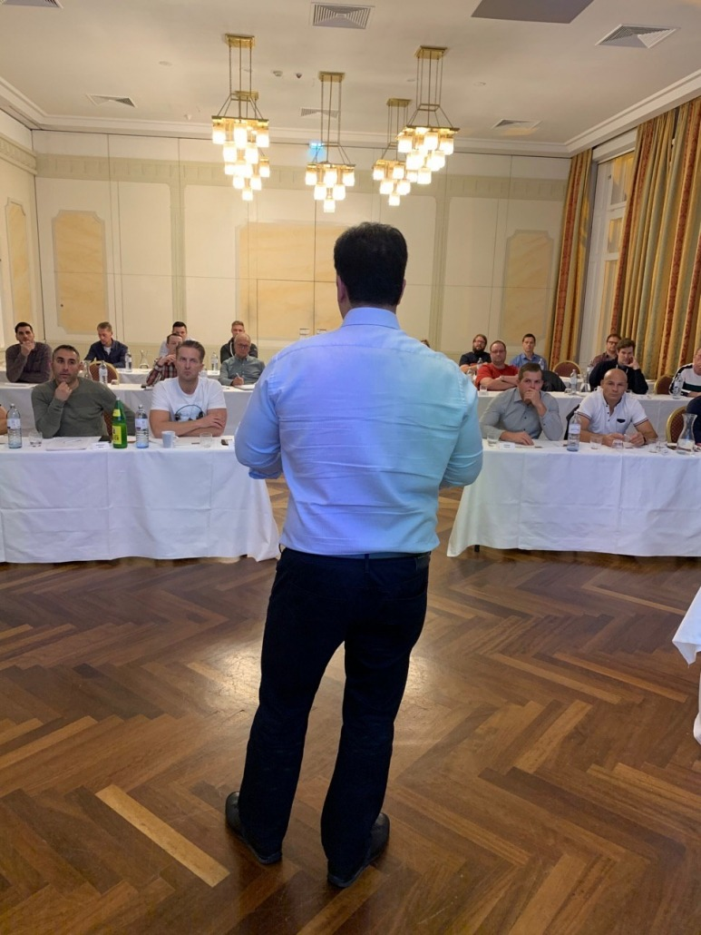 Ali Taghikhan vor seinen Trading Schülern